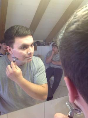 Luca beim Rasieren